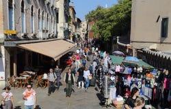 turister som går i Venedig, Italien royaltyfria foton