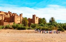 Turister som går in mot Ait Benhaddou, Marocko Arkivfoto