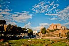Turister som går nära Constantine båge i Rome Royaltyfria Foton