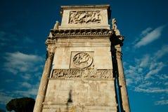 Turister som går nära Constantine båge i Rome Arkivbild