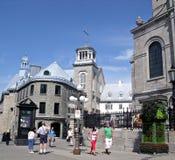 Turister som går nära historiska byggnader Arkivbild
