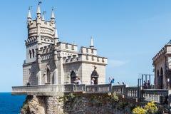 Turister som går nära slottsvalans svalas för rede rede Arkivfoton