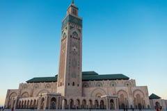 Turister som går och tar bilder på fyrkanten för Hassan II moské` s Royaltyfria Foton