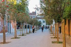 Turister som går på gatan av Venedig, Italien royaltyfria bilder