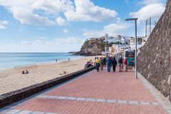 Turister som går på promenad i Morro Jable, Fuerteventura Arkivbilder