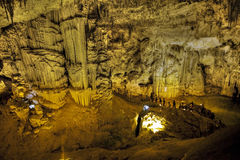 Turister som går på stalaktitgrottan som ser infernalisk Fotografering för Bildbyråer