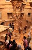 Turister som går runt om Jain tempel, Jaisalmer, Indien Royaltyfria Bilder