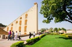 Turister som går runt om kuslig arkitektur av observatoriet Jantar Mantar Royaltyfri Fotografi