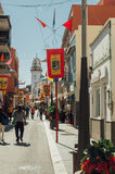 Turister som går vid den Obispo Perez Caceres gatan, Candelaria Arkivbild