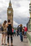 Turister som gör foto av stora Ben London Arkivfoton