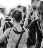 Turister som gör foto på den Westminster bron i London - LONDON - STORBRITANNIEN - SEPTEMBER 19, 2016 Arkivbilder