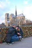 Turister som gör fotoet nära den Notre-Dame domkyrkan, Paris, Royaltyfri Bild