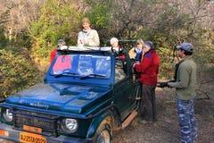 Turister som går på en tigersafari, Ranthambore nationalpark, Ind Royaltyfria Foton