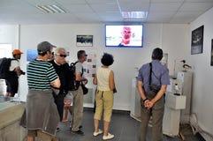 Turister som håller ögonen på en videopd salthaltiga Aigues-Mortes Arkivbilder