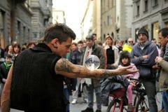 Turister som håller ögonen på gatakonstnären i Florence, Italien Royaltyfri Bild