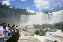 Turister som håller ögonen på Iguassu nedgångar Arkivfoton