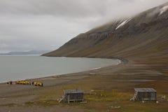 Turister som håller ögonen på kolonin av valrossar i Edgeoya, Svalbard Royaltyfria Bilder
