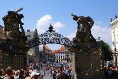 Turister som håller ögonen på på vakten Ceremony på den Prague slotten Royaltyfri Bild