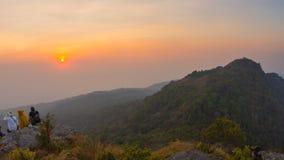 Turister som håller ögonen på solnedgång över bergen i den Ramkhamhaeng nationalparken arkivfilmer
