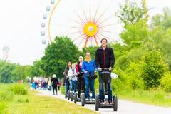 Turister som har den Segway sighten Royaltyfria Foton
