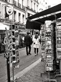 Turister som har en promenad på Rue Cler, Paris Royaltyfria Bilder
