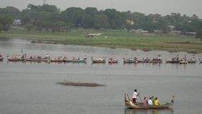 Turister som har fartyget, turnerar på den U-Bein bron, Myanmar - 22 November 2017 lager videofilmer
