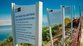 Turister som in kopplar av och simmar i vattnet av det döda havet I Royaltyfria Bilder
