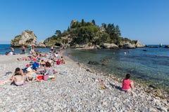 Turister som kopplar av på stranden av Taormina på Sicilien, Italien royaltyfria foton
