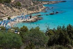 Turister som kopplar av på stranden i sommarsemestern Royaltyfri Bild