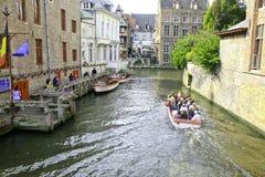 Turister som laddar små Sighseeing fartyg Arkivbilder