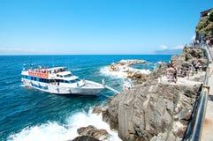 Turister som landar på kusten av Riomaggiore, Cinque Terre Royaltyfri Bild