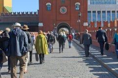 Turister som promenerar den Troitsky bron, Moskva, Ryssland Arkivfoton