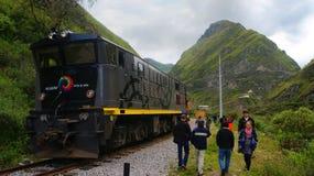 Turister som promenerar det turist- drevet med jäkel`en s, Nose i bakgrunden Royaltyfria Bilder