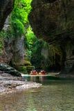Turister som rafting i rubber fartyg på floden Abasha i Martvili royaltyfri foto