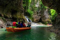 Turister som rafting i rubber fartyg på floden Abasha i Martvili royaltyfri bild