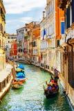 Turister som reser i gondolen, Rio Marin Canal, Venedig, Italien royaltyfria bilder