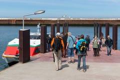 Turister som reser med färjan mellan Helgoland och dyn, tysk arkivbild