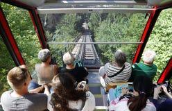 Turister som reser på bergbana från interlaken till mer hårda Kulm Arkivfoton