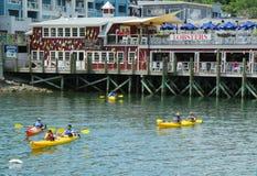 Turister som rider havskajaker i stånghamnen, Maine Royaltyfri Foto