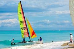 Turister som seglar på stranden av Varadero i Kuba Arkivbild