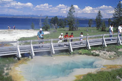 Turister som ser geyseren Royaltyfri Fotografi