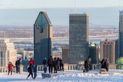 Turister som ser Montreal horisont i vinter Arkivfoto