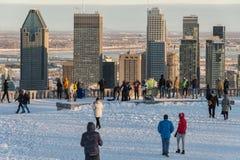 Turister som ser Montreal horisont i vinter Arkivfoton