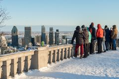 Turister som ser Montreal horisont i vinter Arkivbild
