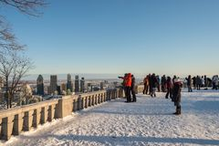Turister som ser Montreal horisont i vinter Royaltyfri Fotografi
