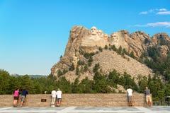 Turister som ser Mount Rushmore Royaltyfria Bilder