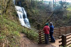 Turister som ser vattenfallet Royaltyfri Bild