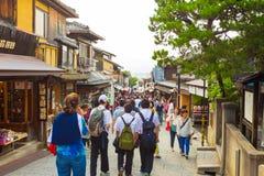 Turister som shoppar gatan Matsubara-Dori Kyoto Arkivfoto