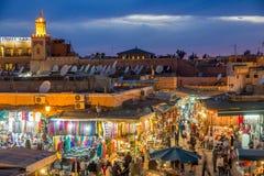 Turister som shoppar i Marrakesh fotografering för bildbyråer