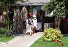Turister som shoppar i Mostar 1 Arkivfoto